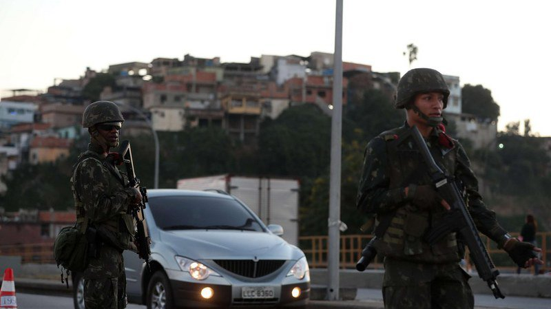 Brésil: une vaste opération militaire dans les favelas les plus violentes de Rio de Janeiro fait deux morts