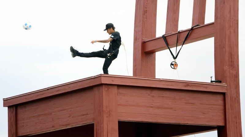 Genève: Neymar jongle devant le Palais des Nations en soutien à Handicap International