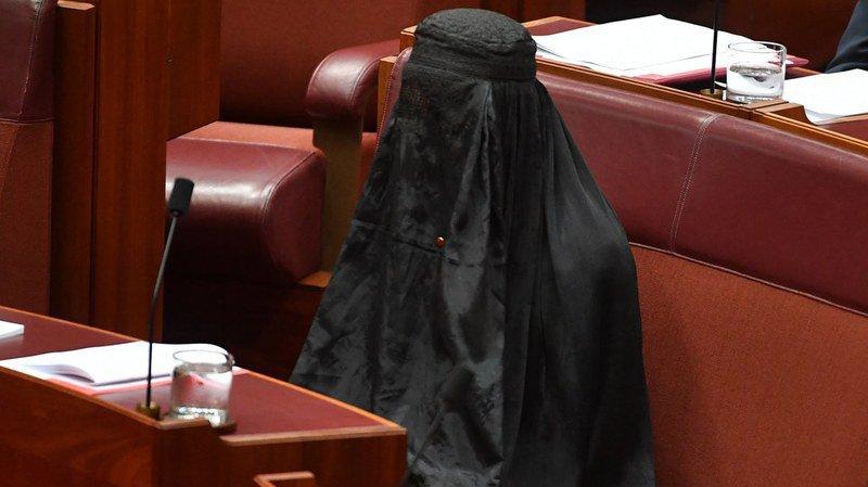 Australie: Pauline Hanson, leader du parti d'extrême-droite One Nation, habillée en burqa au Sénat