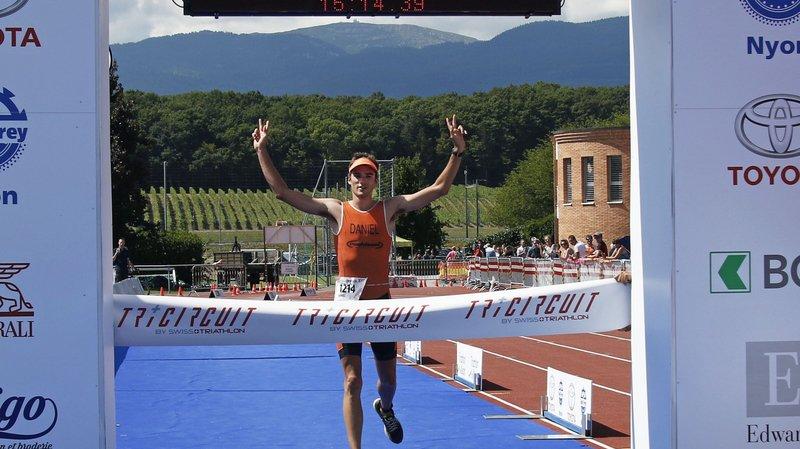 Daniel Besse lève les bras, il remporte la distance olympique.