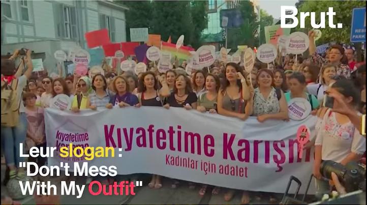 Les femmes exhortaient également les Turques à ne pas déserter les rues durant la nuit.