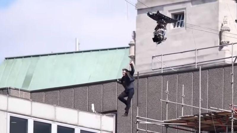 Tom Cruise a manqué d'élan et a percuté le mur du bâtiment.