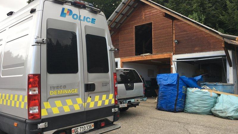 Des gendarmes genevois spécialisés dans le déminage sont intervenus à la déchetterie de Le Vaud jeudi après-midi.