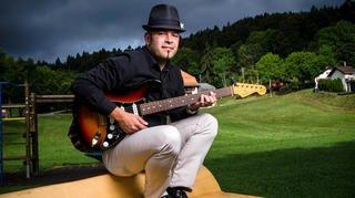 Un municipal de Saint-Cergue bouscule les traditions avec sa guitare