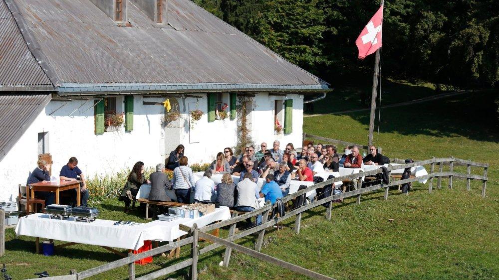 Le Conseil communal a siégé devant le chalet de Mont-Bailly, au soleil de septembre.