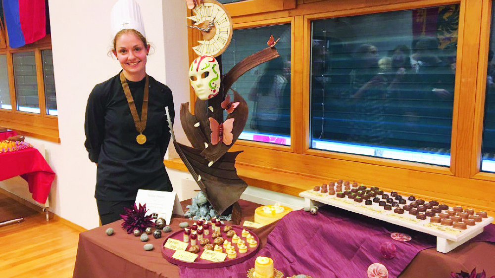Mélissa Demont arbore la médaille d'or devant sa création de chocolat à l'issue du concours, samedi dernier.