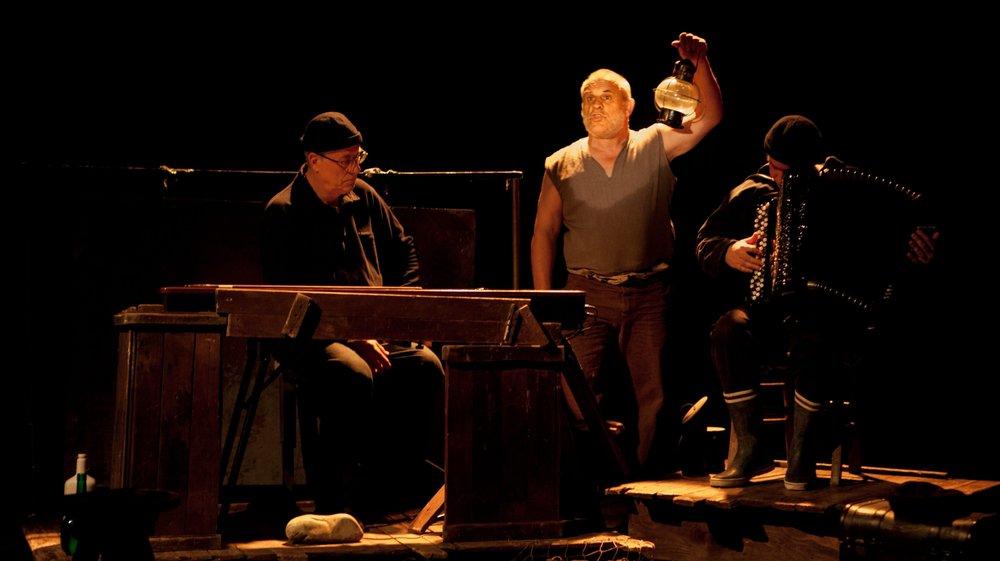 Paul Fructus (au centre) est accompagné par deux musiciens.