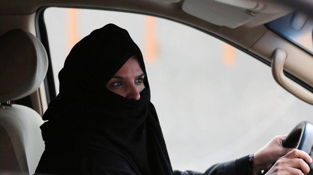 A partir de juin2018, les Saoudiennes n'auront pas besoin d'obtenir l'accord de leur tuteur légal pour passer le permis, et la présence de ce dernier ne sera pas nécessaire lorsqu'elles seront au volant.