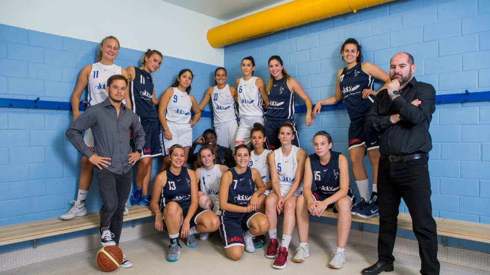 Loan Morand, le coach-assistant (à g.), et Fran Léon, le nouvel entraîneur du Nyon Basket Féminin (à dr.), entourent leur équipe.