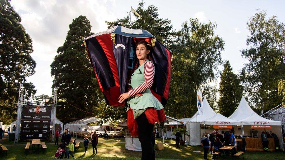 Laura Gambarini fait son cirque sous un parapluie