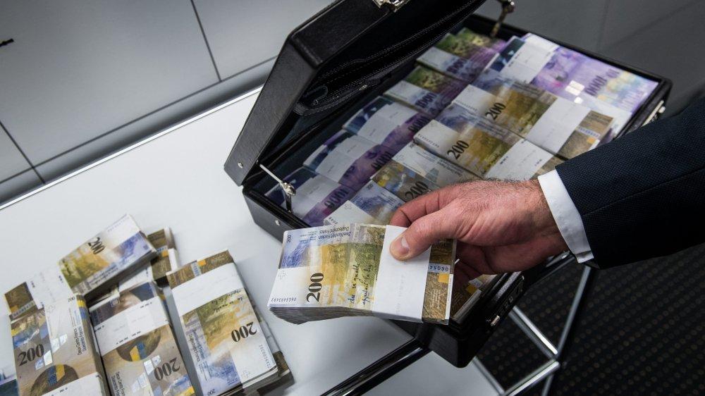 Actuellement, la création d'argent repose sur l'émission de pièces et de billets par la Banque nationale suisse, l'achat de devises ou de papiers valeurs par cette dernière ainsi que l'octroi par la BNS de crédits aux établissements bancaires et les prêts de ces derniers.