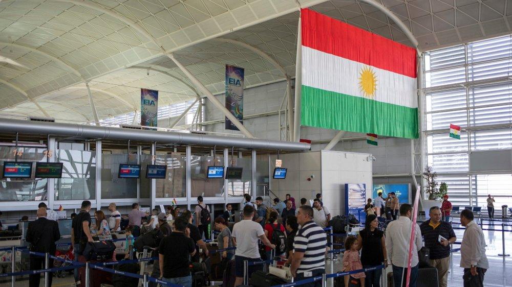 De nombreuses personnes se pressaient à l'aéroport d'Erbil, hier.