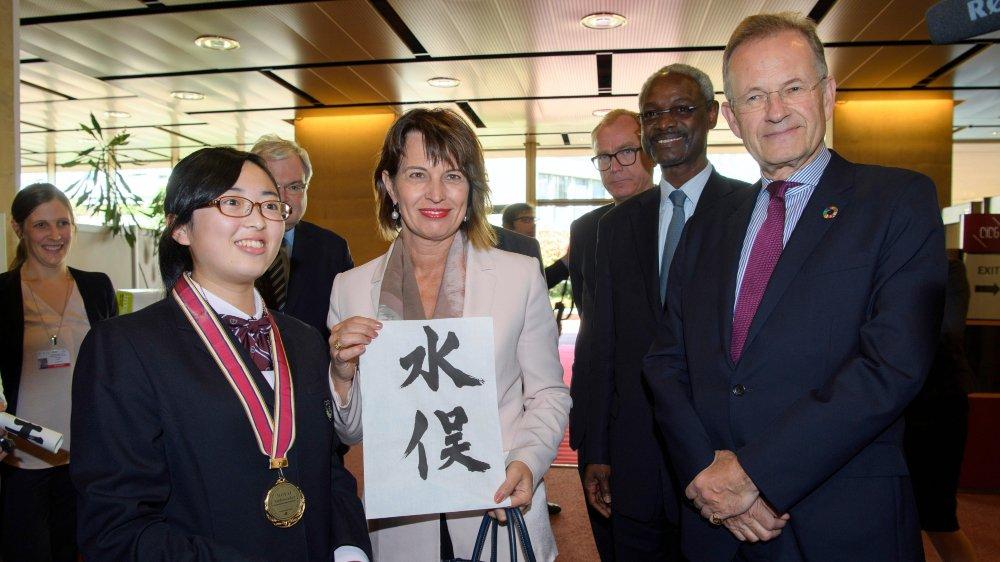 Doris Leuthard a souligné hier à Genève les efforts en cours dans la filière d'importation d'or. La Suisse est en train d'ajuster sa législation sur le mercure et veut être un exemple dans le cadre de la Convention «historique» de Minamata, elle pose ici avec une habitante de ce village japonais.