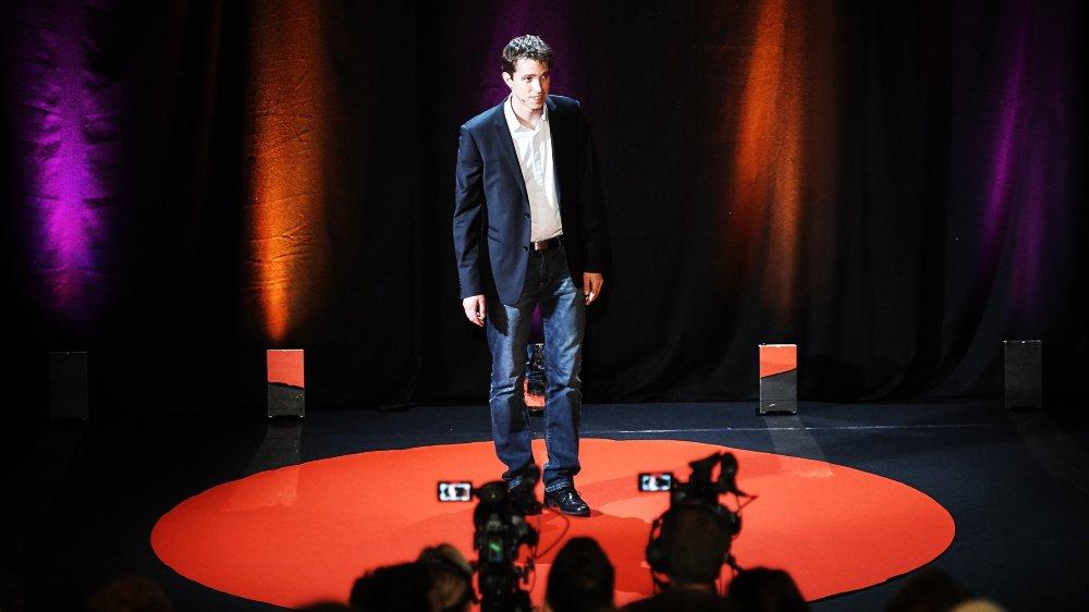 """Amaël Cohades, ici lors de la finale suisse de """"Ma thèse en 180 secondes""""."""