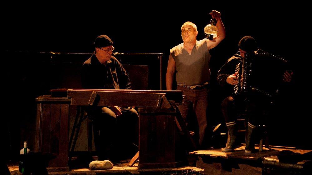 """L'acteur Paul Fructus et les deux musiciens qui interprètent """"les travailleurs de la mer"""""""