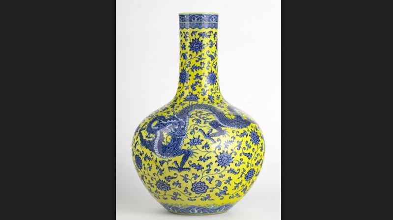 Le vase, d'une hauteur de 60 cm et représentant 3 dragons bleus sur fond jaune, était présenté dans le catalogue comme étant du début du 20e siècle.