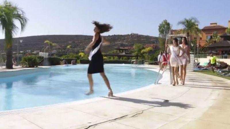 La jeune femme a voulu faire une pirouette pendant son défilé et a terminé dans l'eau.