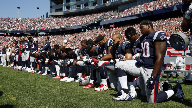 États-Unis: de nombreux joueurs de football américain défient Trump en s'agenouillant lors de l'hymne national
