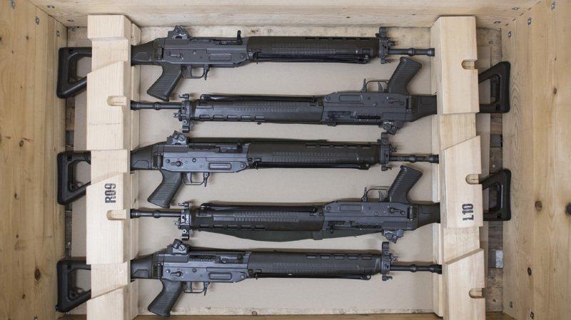 Les armes de service pourront toujours être conservées à la maison après le service militaire. (illustration)