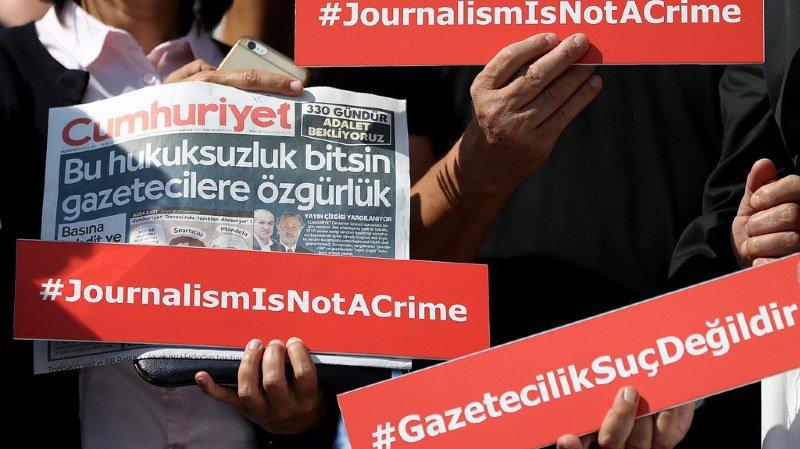 Procès Cumhuriyet en Turquie: un journaliste remis en liberté, quatre collaborateurs maintenus en prison