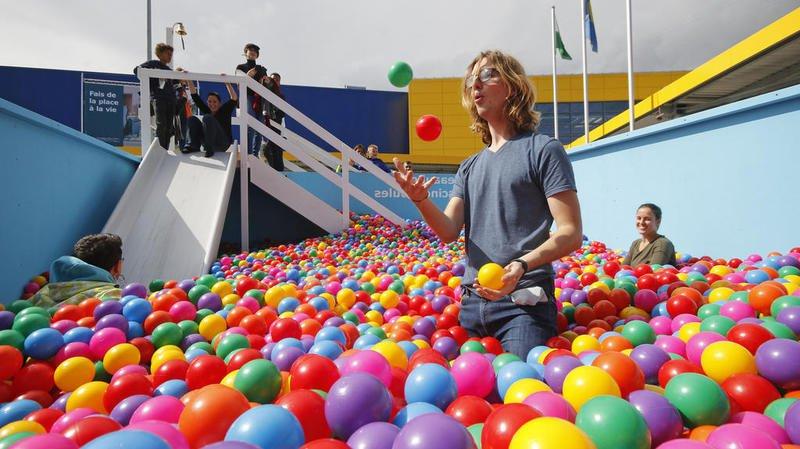 Les grands enfants peuvent eux aussi plonger dans les boules for Piscine a boule adulte