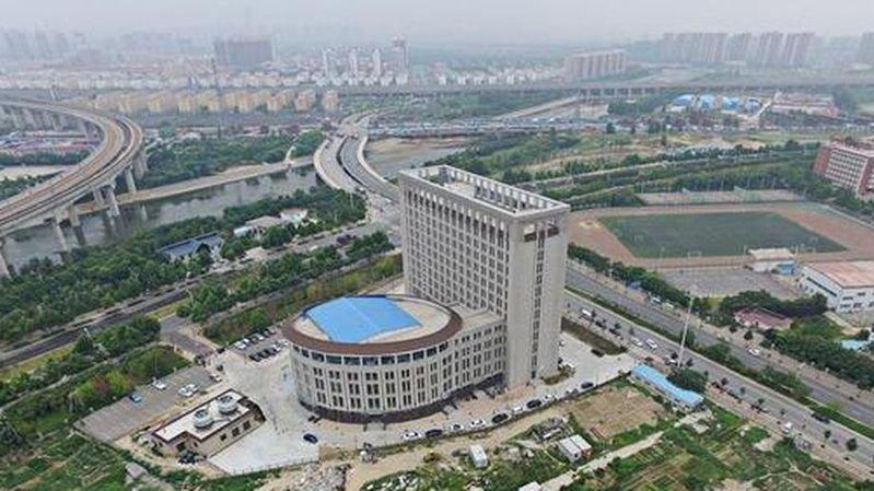 """Malgré son nom, l'""""université des ressources en eau"""" n'a semble-t-il pas choisi délibérément la forme de l'immeuble."""