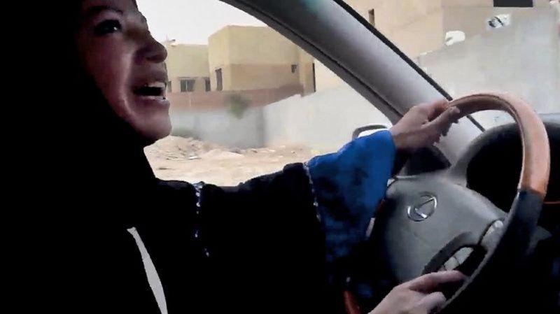 """Les Saoudiennes prennent beaucoup de risque en bravant l'interdiction de rouler. Mais certaines n'hésitent pas à le faire dévoilées. Bientôt, elles ne seront plus des """"hors-la-loi""""."""