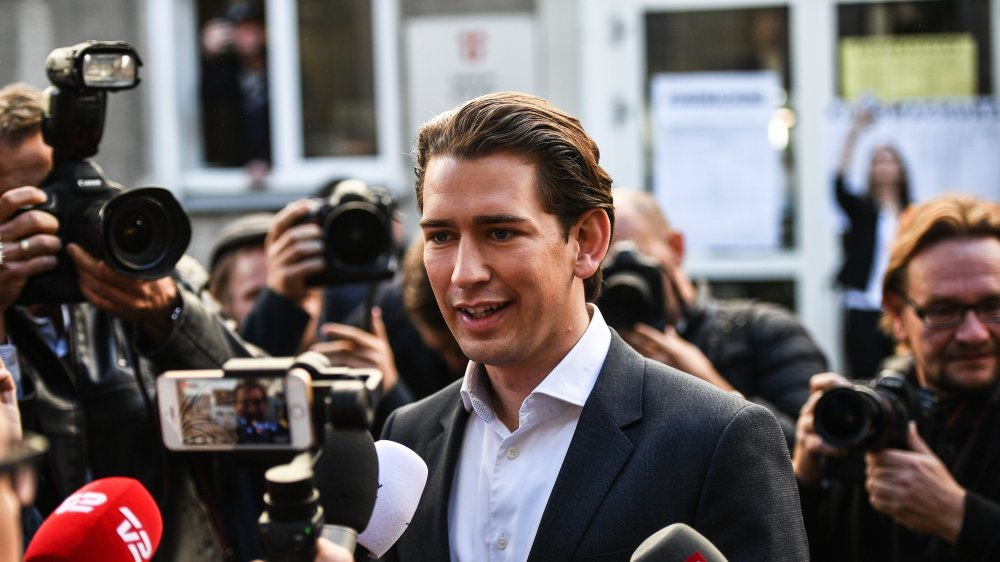Sebastian Kurz, entouré par les médias après l'annonce des résultats des législatives, hier, en Autriche.