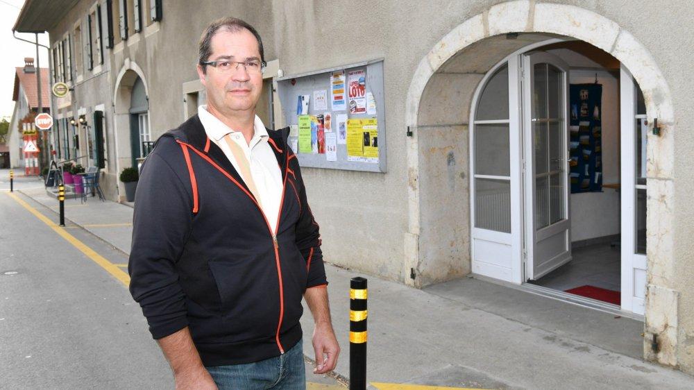 Jean-Marc Golay, gérant de la Ruche, devant le local où les clients viendront chercher les produits locaux qu'ils auront commandés.