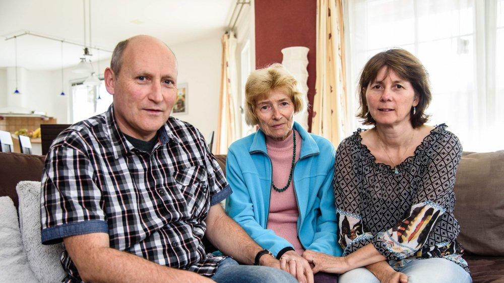 , témoigne Monique Buchs (au centre), qui a perdu son mari Willy en août dernier. Elle peut compter sur le soutien de son fils Jérôme et de sa belle-fille Doris Buchs, devenus proches aidants.
