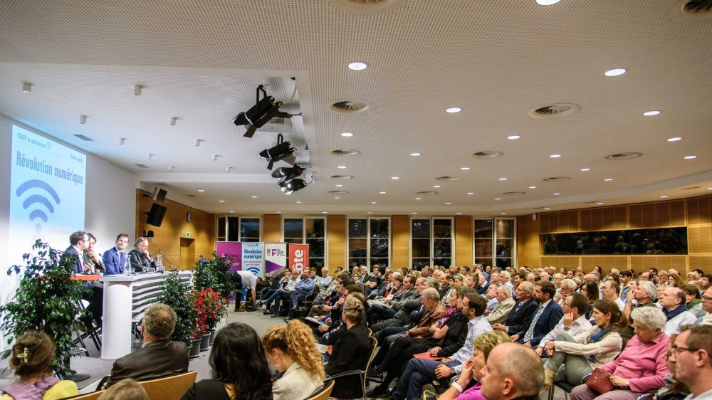 La foule s'est pressée aux portes du forum d'Uni Global Union sur la révolution numérique à Nyon,  ce mercredi. Selon plusieurs orateurs, la Suisse a pris du retard en la matière.