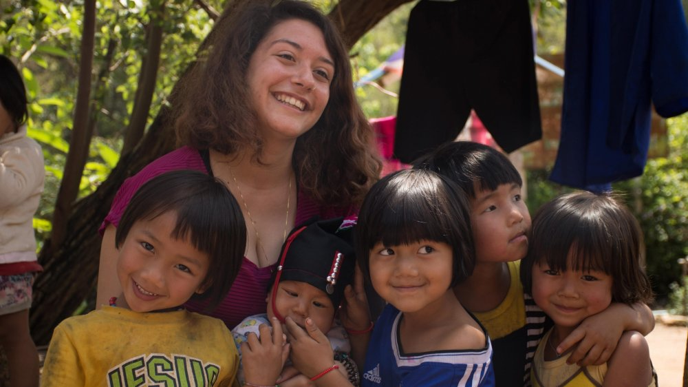 Annaëlle, ici avec des enfants pendant son voyage du mois d'avril.
