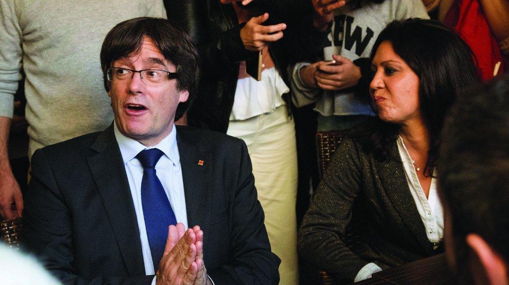 Carles Puigdemont (en compagnie de son épouse) sur ses terres, à Gérone, a appelé à une «opposition démocratique».