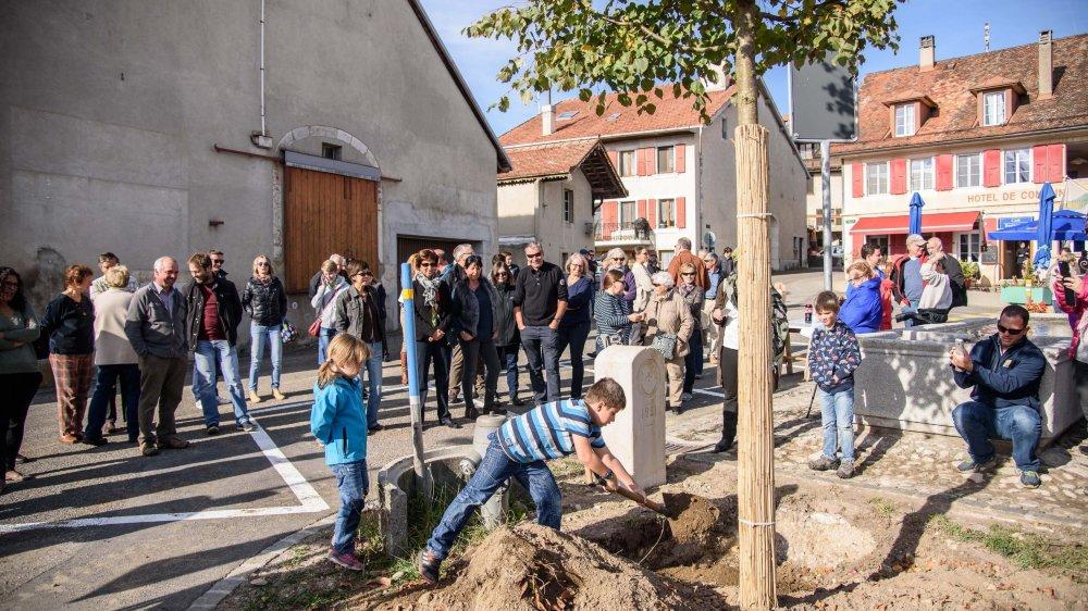 La génération qui verra ce tilleul grandir a été invitée à participer à la plantation de cet arbre.
