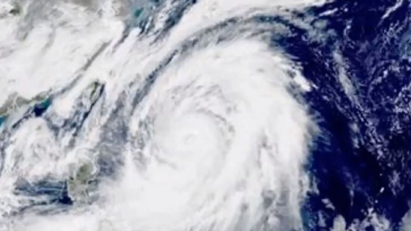 Le typhon avançait en venant du sud-ouest à une vitesse de 40 km/h, provoquait sur son passage des rafales de vent allant jusqu'à 216 km/h dans l'océan Pacifique.