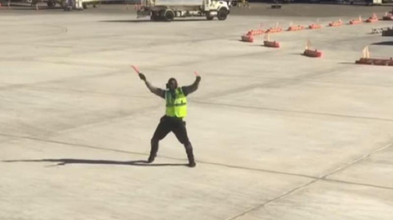 Kyran Ashford a été filmé alors qu'il travaillait en effectuant des mouvements de danse sur le tarmac de l'aéroport international de Rochester à New York.