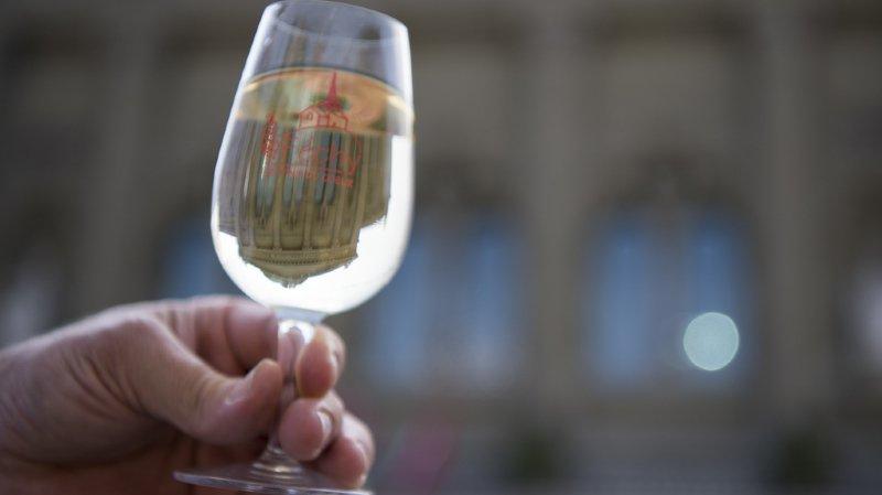 """""""Pour la première fois depuis 1999, la part de la population buvant du vin baisse très légèrement, principalement en Suisse alémanique, mais aussi au Tessin. En Suisse romande, ça ne bouge en revanche pas"""". (illustration)"""