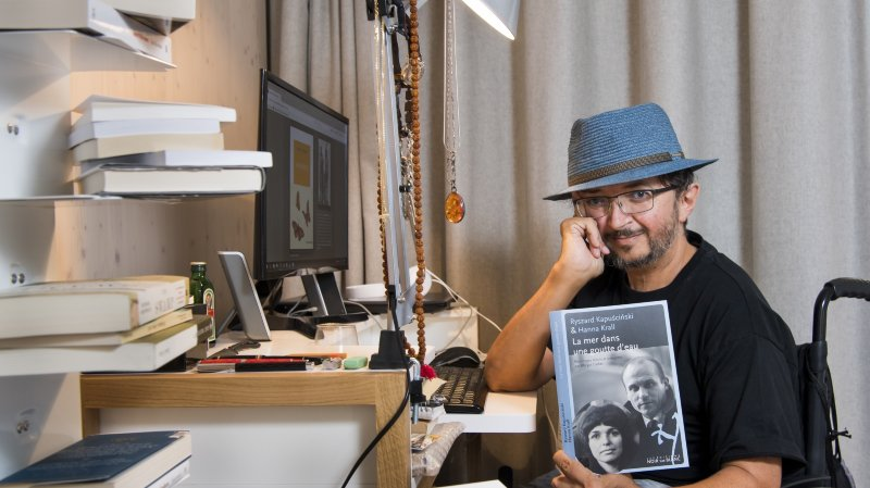 L'écrivain Philippe Rahmy pose devant son bureau à Montrichier.