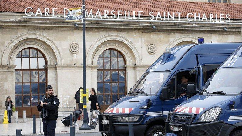 """Interpellés mardi à Marseille, les quatre hommes, âgés de 32 à 56 ans, et la femme, âgée de 35 ans, ont été relâchés """"en l'absence d'éléments incriminants à ce stade"""". (Illustration)"""