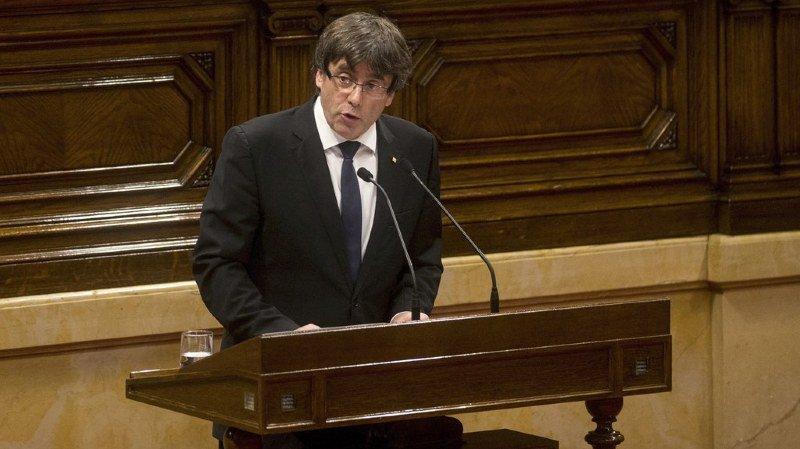 Catalogne: le président régional Carles Puigdemont suspend l'indépendance et sème la confusion