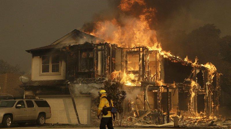 9000 pompiers luttent contre un total de 17 foyers attisés par des vents violents.