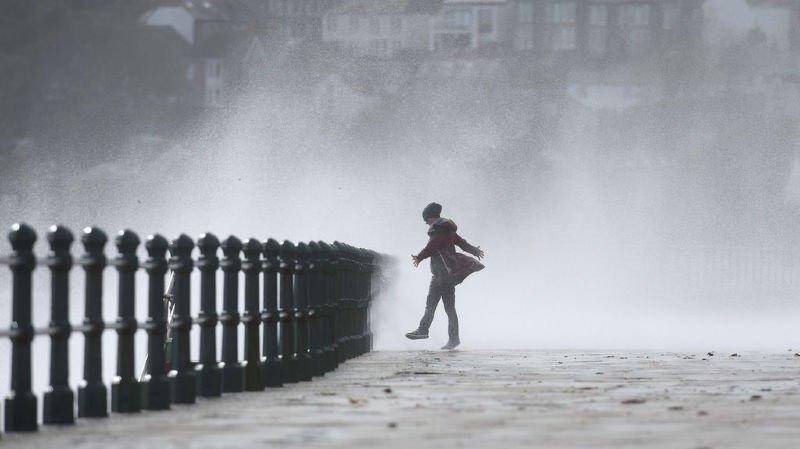 En Irlande, les autorités du pays martelaient des messages d'avertissement sur la violence des vents atteignant jusqu'à 150km/h sur la côte ouest.