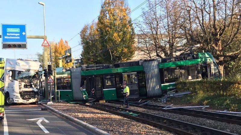 Bâle-Campagne: un camion percute un tram à Muttenz, 37 blessés