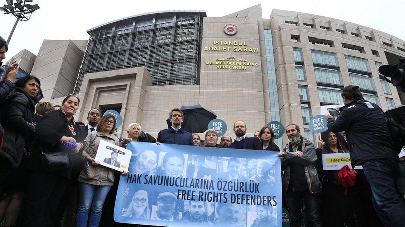 """Onze membres d'Amnesty International, dont deux comparaissaient libres, sont poursuivis pour activités """"terroristes"""" par un tribunal d'Istanbul."""