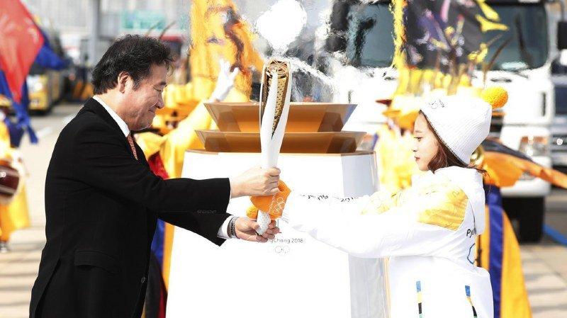 Jeux Olympiques à Pyeongchang: la flamme est arrivée en Corée du Sud