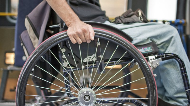 Énervé, l'homme s'est levé de son fauteuil roulant et a poursuivi son ami avec une hache à la main dans la rue. (illustration)