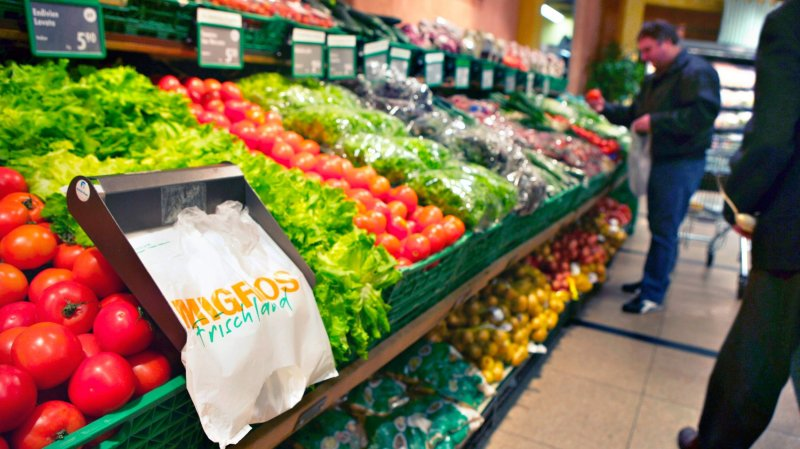 Emballages réduits, fruits et légumes en vente libre ou biscornus sont autant de moyens que les grands distributeurs emploient pour lutter contre le gaspillage alimentaire.