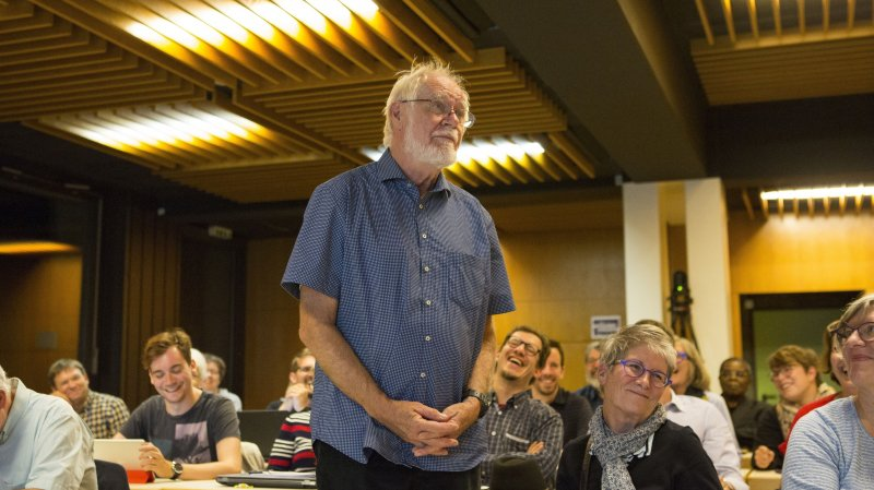 En chemise bleue, au centre, Jacques Dubochet est applaudi avec enthousiasme par le Conseil communal, unanime à saluer ses mérites.