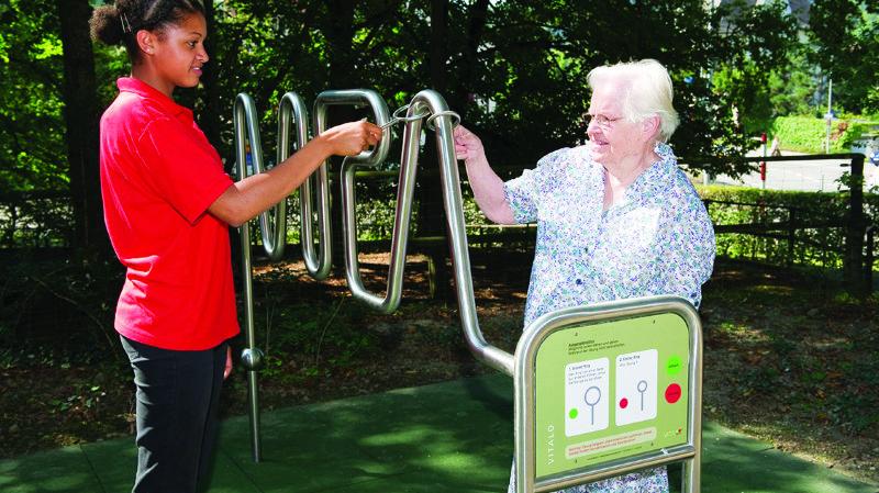 Le jeu «Vitalo» permet de travailler son agilité en commun avec une autre personne se trouvant dans le parc.