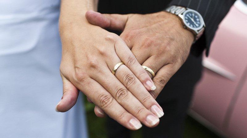 Avant de pouvoir se marier, les futurs époux doivent faire examiner leur demande par l'office de l'état civil.